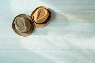 青い天板の上の麦わら帽子と夏の日差しの写真素材 [FYI01461074]