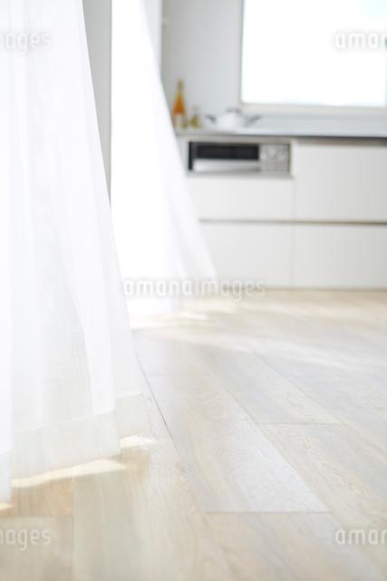 風になびくカーテン横のキッチンの写真素材 [FYI01461075]