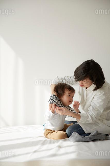 着替えをする男の子とお母さんの写真素材 [FYI01461095]