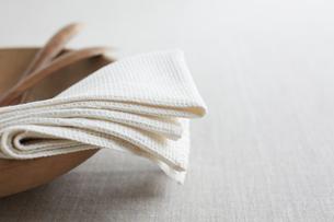 木の食器と布巾の写真素材 [FYI01461099]