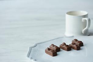 白い皿に乗ったチョコレートと白いカップの写真素材 [FYI01461108]