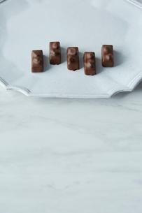 白い皿に乗ったチョコレートの写真素材 [FYI01461111]