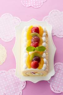 上から見る果物で飾り付けられたロールケーキの写真素材 [FYI01461123]