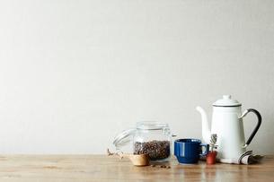 机の上のコーヒーセットの写真素材 [FYI01461125]