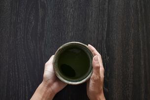 抹茶椀を持つ女性の手の写真素材 [FYI01461126]