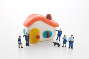 粘土の家と5人の警察官の人形と犬の写真素材 [FYI01461130]