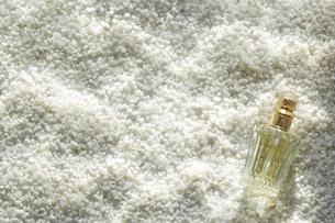 白い砂利に波紋が映った水中イメージと黄色い香水瓶の写真素材 [FYI01461131]