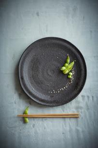 枝豆の八寸と箸の写真素材 [FYI01461183]