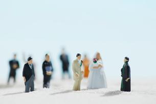 沢山の人形で砂浜での結婚式の写真素材 [FYI01461184]