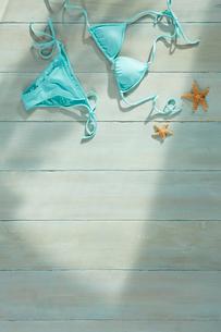 青い床の上の青い水着と夏の日差しの写真素材 [FYI01461189]