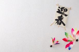 迎春と書かれたミニ凧と二個の羽根突きの羽の写真素材 [FYI01461232]