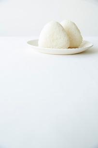 皿の上のおにぎりの写真素材 [FYI01461256]