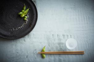 枝豆の八寸と箸の写真素材 [FYI01461266]