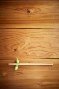 枝豆の箸置きと箸の写真素材 [FYI01461278]