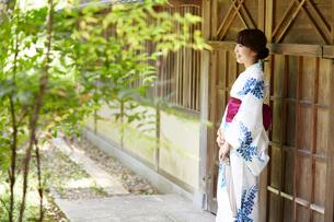 日本庭園を歩く浴衣の女性の写真素材 [FYI01461286]