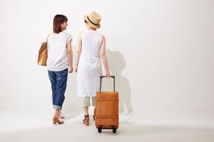 旅行に行く2人の女性の写真素材 [FYI01461298]