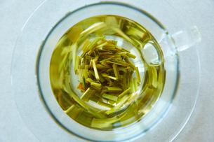 カップに沈んだレモングラスの写真素材 [FYI01461299]