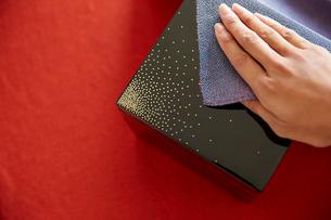 重箱を包む手の写真素材 [FYI01461315]
