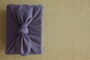 畳の上の風呂敷に包まれた贈り物の写真素材 [FYI01461332]