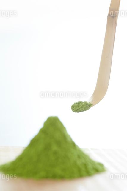 盛られた抹茶と茶杓の写真素材 [FYI01461363]
