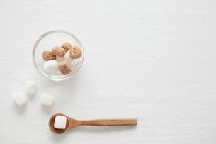 白い背景に砂糖とスプーンの写真素材 [FYI01461371]
