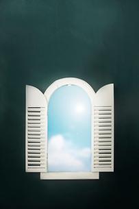 黒板と窓と青空のイラスト素材 [FYI01461383]