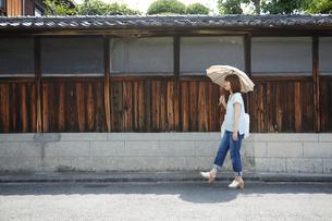 散策する女性の写真素材 [FYI01461389]