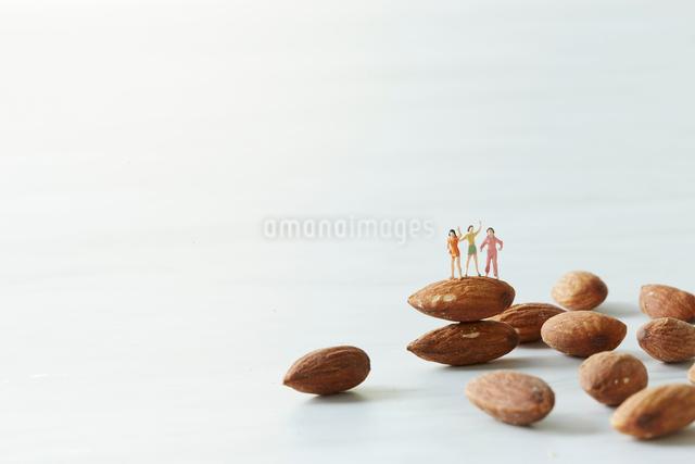 アーモンドにのる若い女性の写真素材 [FYI01461402]