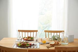 ダイニングテーブル上のコロッケと飲み物の写真素材 [FYI01461405]