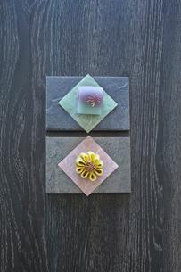 四角い器に和菓子の写真素材 [FYI01461413]