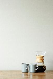 机の上のコーヒーセットの写真素材 [FYI01461416]
