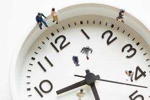時計の上のミニチュアサラリーマンの写真素材 [FYI01461422]