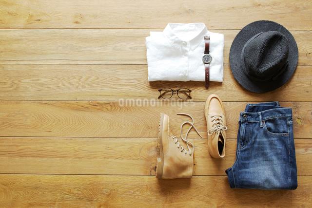 床の上に置かれた衣類の写真素材 [FYI01461427]