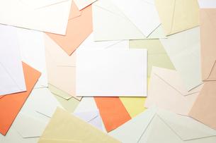 集合した封筒と白い紙の写真素材 [FYI01461437]