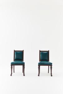 白背景に2脚の黒い椅子の写真素材 [FYI01461439]