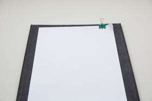 下敷きと白紙の束の写真素材 [FYI01461447]