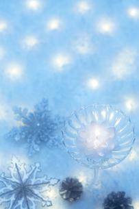 キラキラ輝く複数のクリスマス小物の写真素材 [FYI01461451]