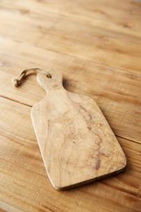 木のテーブルの上の、木のまな板の写真素材 [FYI01461470]