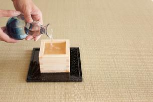 日本酒を注ぐ女性の手の写真素材 [FYI01461475]