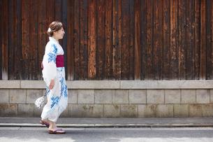 道を歩く浴衣の女性の写真素材 [FYI01461477]