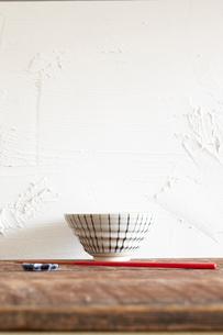 台の上の茶碗とお箸の写真素材 [FYI01461486]