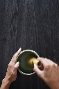 お茶をたてる女性の手の写真素材 [FYI01461495]