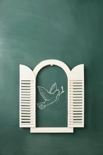 黒板に書かれた鳩と窓のイラスト素材 [FYI01461507]
