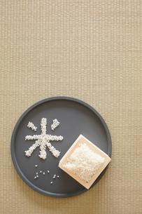 トレイの上の米の写真素材 [FYI01461509]