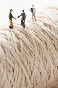 糸の上に立つ製造者と営業マンの写真素材 [FYI01461511]
