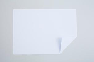 一箇所折ってある一枚の白い紙の写真素材 [FYI01461518]