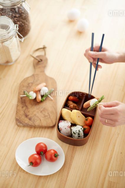キッチンでお弁当を詰める女性の写真素材 [FYI01461519]