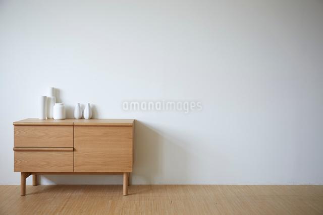 チェスト上の白い花瓶の写真素材 [FYI01461529]