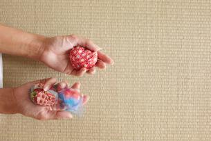 お手玉をする女性の手の写真素材 [FYI01461535]