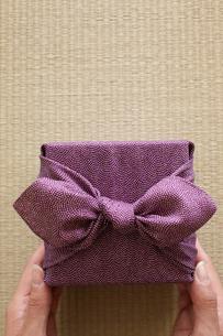 贈りものを渡す女性の写真素材 [FYI01461537]
